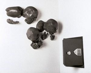 AUTORRETRATOS-CON-CAJA-ROJA-2001-Resina-de-poliester-y-caja-fuerte-64-x-96-x-58-cm