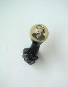 BLACK-HAND-BULB-II-1996-Resina-de-poliester-cristal-collage-12-x-19-x-15-cm