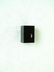 BLAKC CUBE 1997 Resina de poliester y collage 4 x 6 x 4 cm