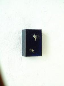 BLUE CUBE II 1997 Resina de poliester y collage 4 x 6 x 4 cm