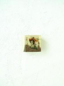 GOLDEN CUBE II 1997 Resina de poliester y collage 4 x 4 x 4 cm