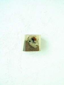 GOLDEN CUBE III 1997 Resina de poliester y collage 4 x 4 x 4 cm