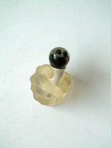 HAND-BULB-CLEAR-I-1996-Resina-de-poliester-cristal-collage-9-x-11-x-10-cm