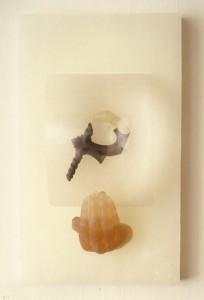 LA-CAIDA-DE-CHILLON-1990-Resina-de-poliester-lente-metal-y-parafina-49-x-29-x-17-cm