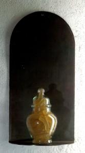 LE-TRESOR-IGNORE-1992-Resina-de-poliester-cristal-y-metal-60-x-30-x-15-cm