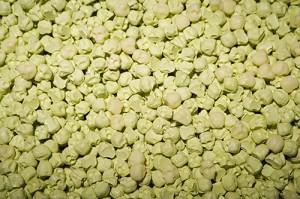 UN-MUNDO-FELIZ-(detalle)-2007-Resina-de-poliester-fotoluminiscente-Medidas-variables