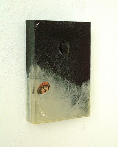 WOMAN WITH HAT IN BLOCKSCAPE  1997 Resina de poliester y collage 14 x 20 x 4 cm