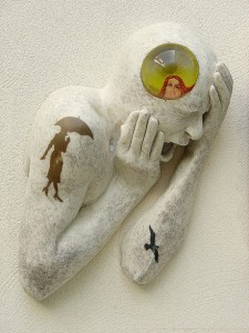 DETALLE Encrespados, 2009. Resina de poliester, cristal, collage, cabello humano. 56 x 105 x 18 cm.-001