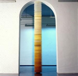 DONDE EL SOLLOZO REZO SUBE DE LA BASURA 1991 Parafina 40 x 10 x 480 cm