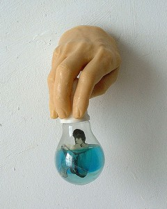 MEAT HAND BULB I 1996 Resina de poliester cristal collage 9 x 14 x 10 cm