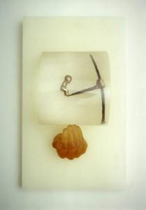 TU MIRAR TIENTA EL ABISMO 1991 Resina de poliester, lente, metal y parafina 49 x 29 x 14 cm (2)
